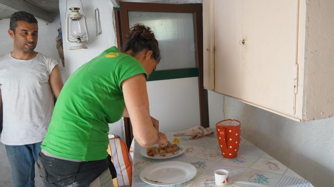 Ολλανδοί εθελοντές καθαριζουν μονοπάτια στην Άνδρο 7 Απριλίου 2016 Τρομάρχια Καππαριά Γιάλια andros routes vanglouk androsfilm.gr (8) 1