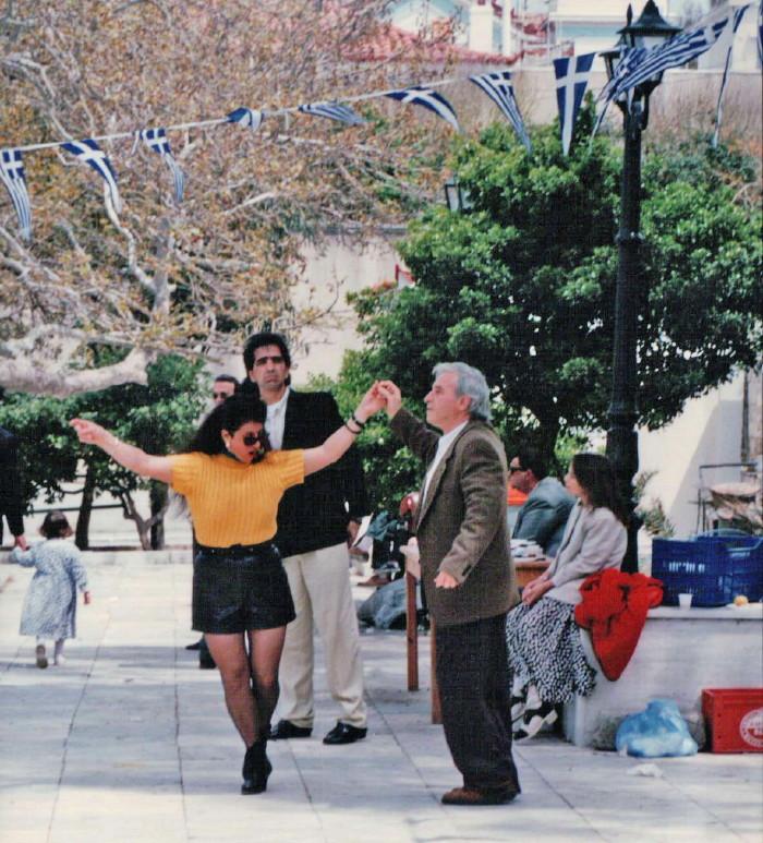 πασχαλινό γλέντι στη πλατεια Γηροκομείου γ. κέντρος 1996 vanglouk androsfilm (2)