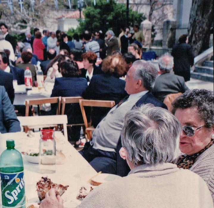 πασχαλινό γλέντι στη πλατεια Γηροκομείου γ. κέντρος 1996 vanglouk androsfilm (3)